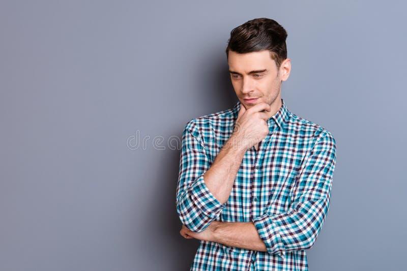 Slut upp attraktivt fantastiskt för foto honom honom som hans haka för manhandarmar tänker över blick ner osäkert perfekt hår för royaltyfri bild