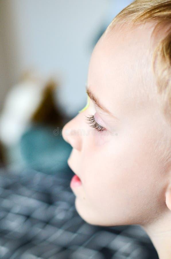 Slut upp av ögonfrans för barn` s royaltyfri bild