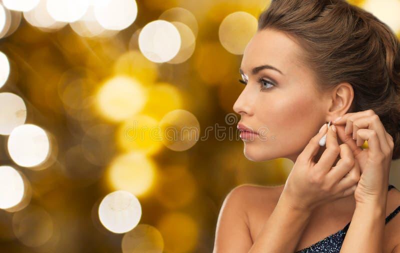 Slut upp av örhänget för kvinnafästandediamant royaltyfria bilder