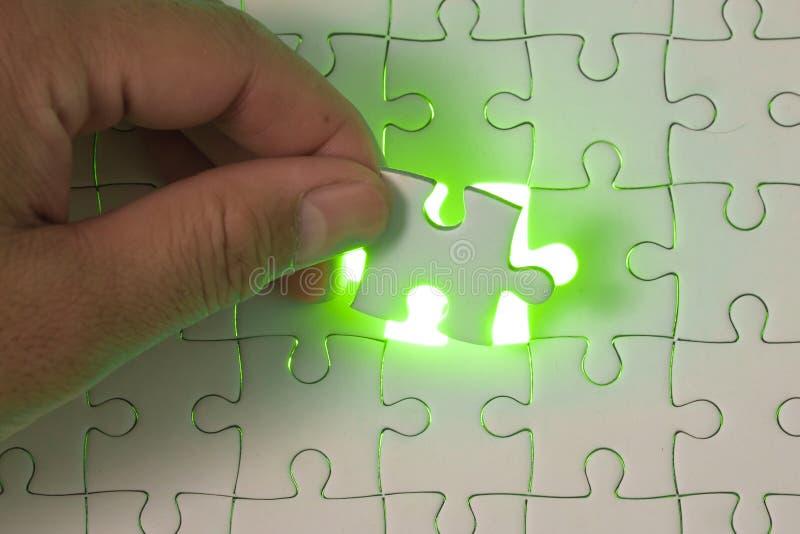 Slut upp av affärsmanhänder som förbinder pusselbeståndsdelen och maki arkivfoto