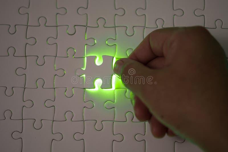 Slut upp av affärsmanhänder som förbinder pusselbeståndsdelen och maki arkivfoton