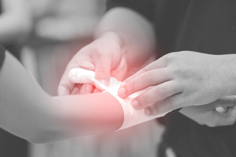 Slut upp av att förbinda den sårade handen arkivfoton