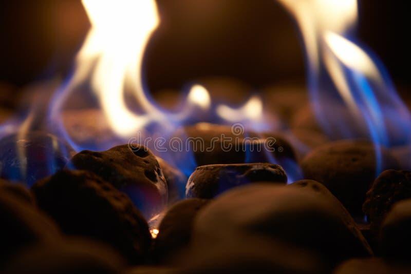 Slut upp av att flamma kol på gaskamin royaltyfria bilder