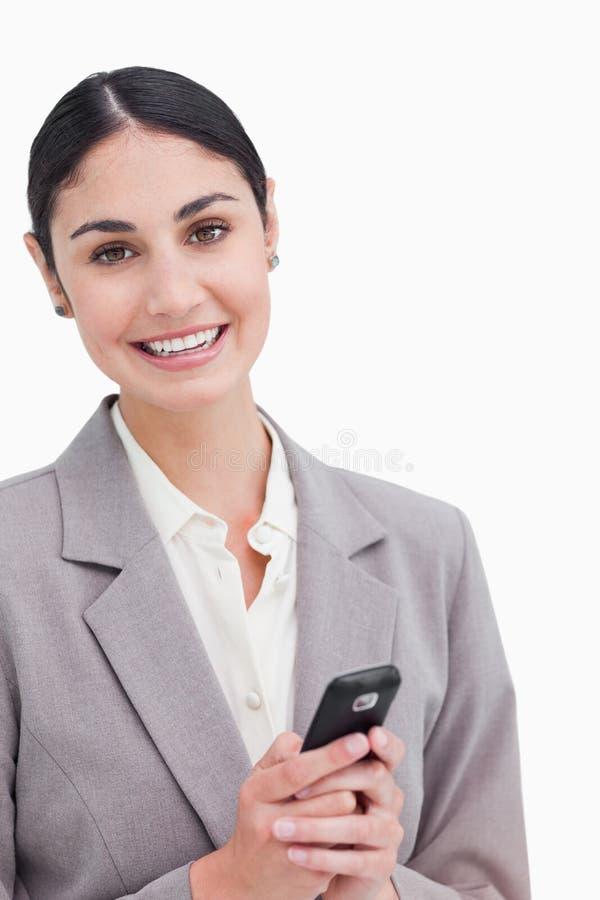 Slut upp av att le den hållande mobiltelefonen för affärskvinna arkivfoton