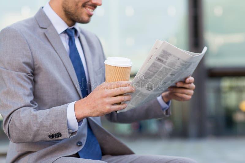 Slut upp av att le den läs- tidningen för affärsman arkivbilder
