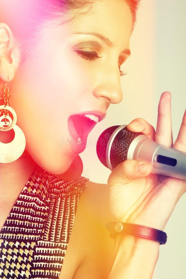 Slut upp av att sjunga för kvinna royaltyfria foton
