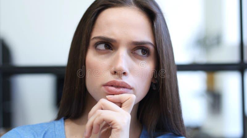 Slut upp av att tänka, eftertänksam kvinna, inomhus arkivfoton