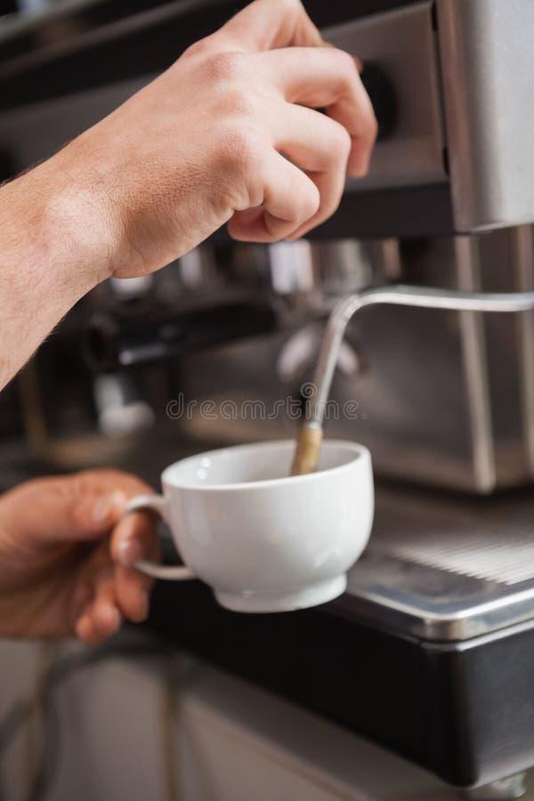 Slut upp av baristaen som gör koppen kaffe arkivbilder
