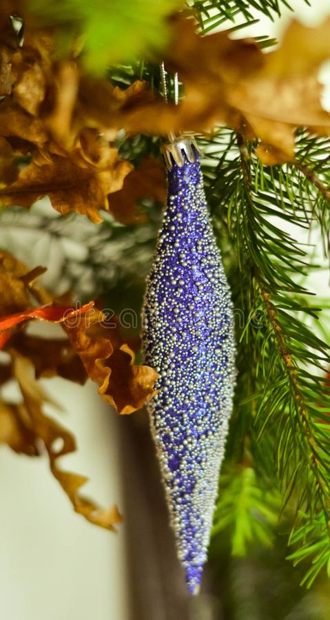 Slut upp av blåa julgrangarneringar fotografering för bildbyråer