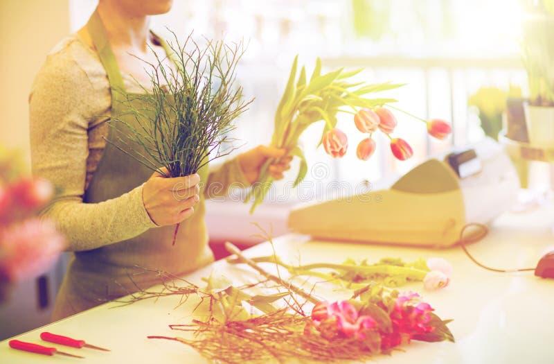 Slut upp av blomsterhandlaredanandegruppen på blomsterhandeln royaltyfri foto