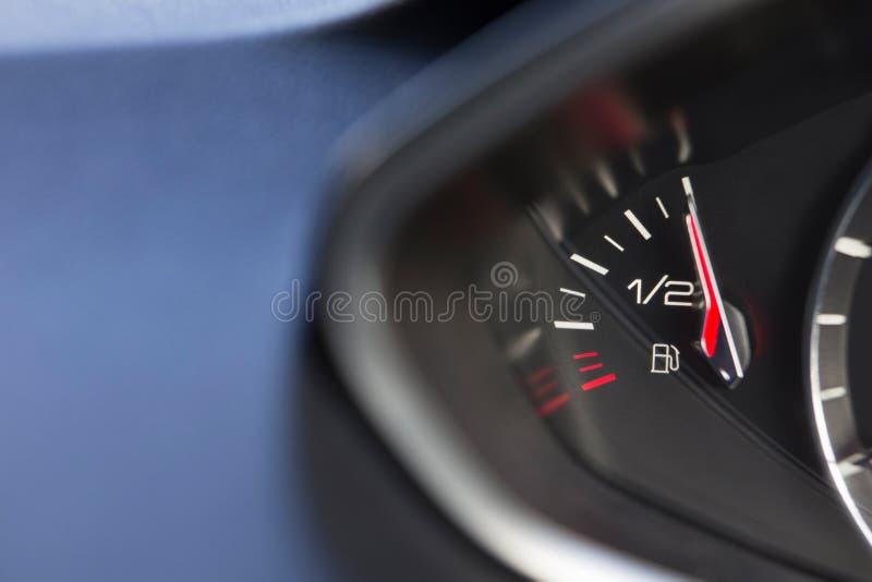 Slut upp av bränslemåttet i bilen som mycket registrerar royaltyfria bilder
