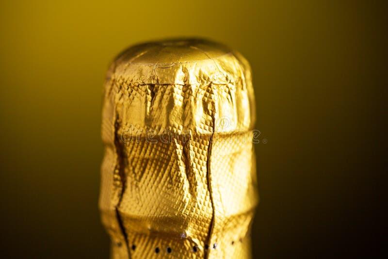 Slut upp av champagneflaskkork som slås in i folie royaltyfria foton