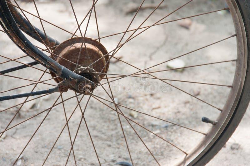 Slut upp av cykelhjul arkivfoton