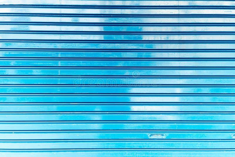 Slut upp av dörren för metallrullslutare, blå textur för vägg för metallplatta och bakgrund, övre bild för slut arkivfoton