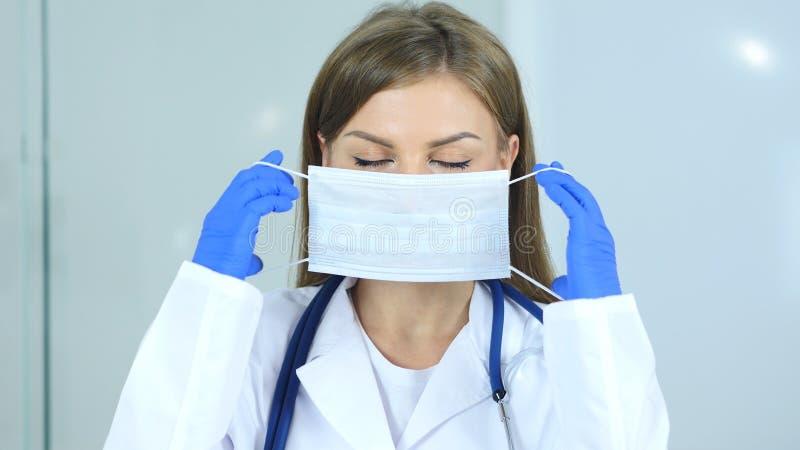 Slut upp av den bärande maskeringen för doktor i klinik arkivbild