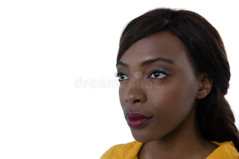 Slut upp av den beskådade unga kvinnan fotografering för bildbyråer