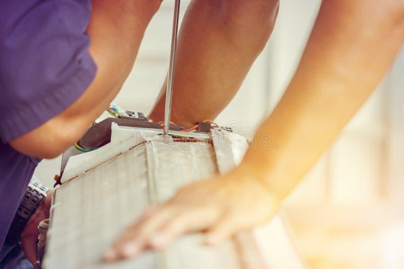 Slut upp av den betingande reparationen för luft, repairman på det betingande systemet för golvfixandeluft royaltyfri foto