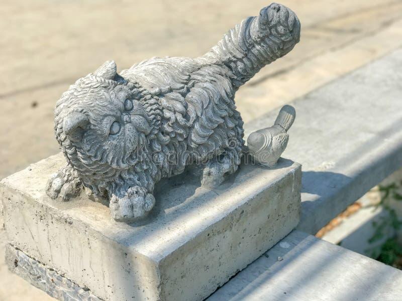 Slut upp av den gamla kattstatyn royaltyfri fotografi