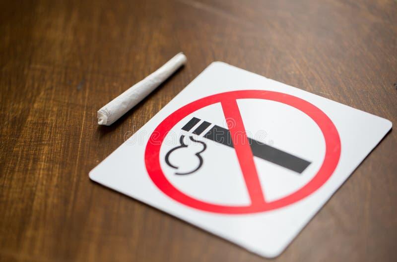 Slut upp av den gemensamma eller handgjorda cigaretten för marijuana fotografering för bildbyråer