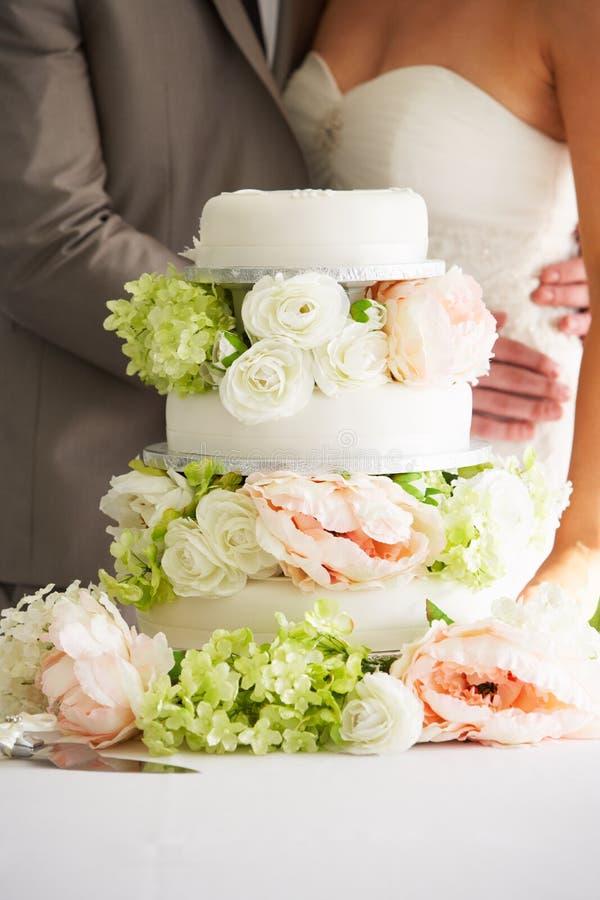 Slut upp av den härliga bröllopstårtan fotografering för bildbyråer