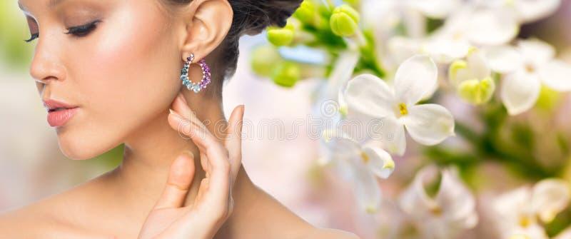 Slut upp av den härliga kvinnaframsidan med örhänget royaltyfria foton
