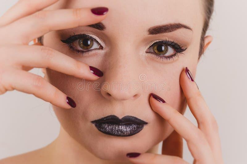 Slut upp av den härliga kvinnaframsidaståenden med glittermakeup arkivbild