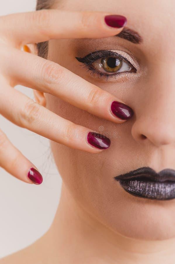 Slut upp av den härliga kvinnaframsidaståenden med glittermakeup royaltyfria bilder