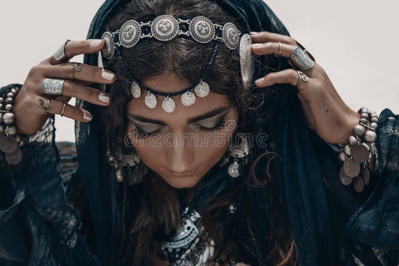 Slut upp av den härliga stam- kvinnan Händer av den etniska dansaren slappt royaltyfria foton