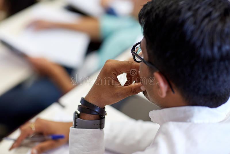Slut upp av den indiska studenten på universitetföreläsningen arkivfoto