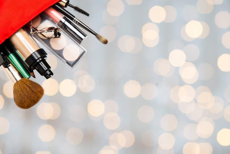 Slut upp av den kosmetiska påsen med makeupmaterial royaltyfri foto