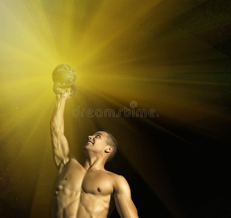 Slut upp av den muskulösa kroppsbyggaregrabben som gör övningar med vikter över svart bakgrund royaltyfri fotografi