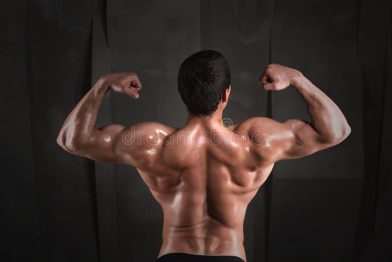Slut upp av den muskulösa sportmannen arkivfoton