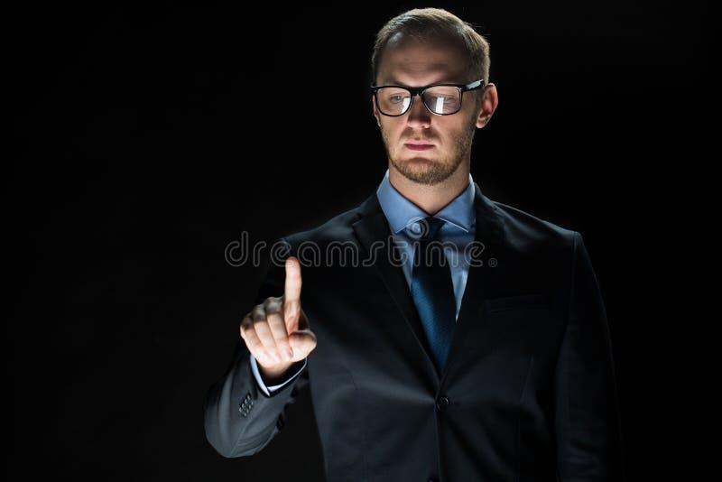 Slut upp av den rörande faktiska skärmen för affärsman royaltyfri foto