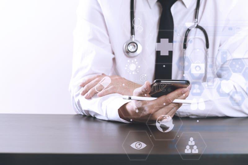 slut upp av den smarta medicinska doktorn som arbetar med den smarta telefonen och st royaltyfria foton