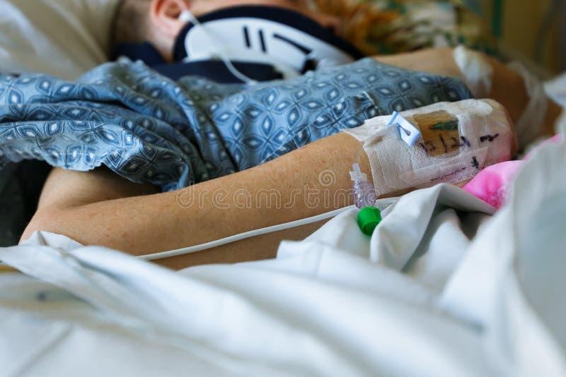 Slut upp av den tålmodiga armen, skuldran och halsen för ` s i sjukhus royaltyfri foto