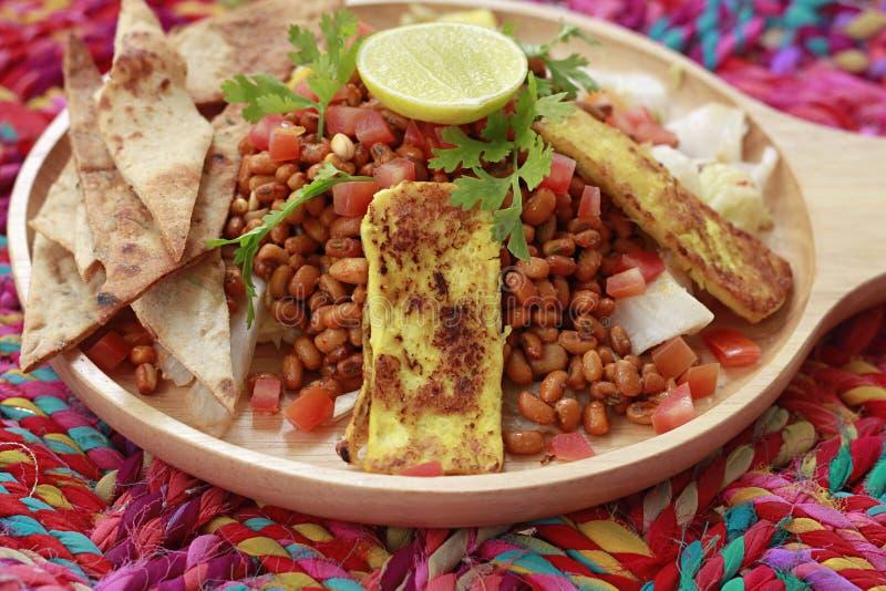 Slut upp av den Tandoori Tadka maträtten, den varma Tandoori tofuen och linsgroddar arkivbild