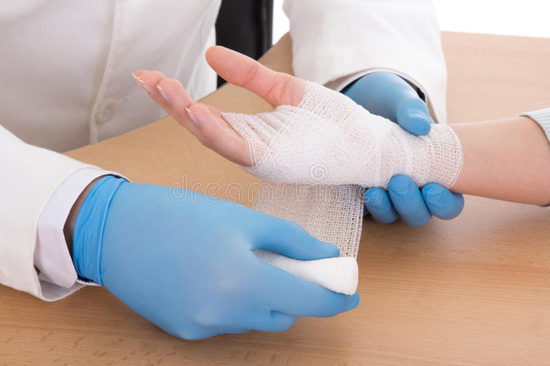 Slut upp av den unga manliga doktorn som förbinder den kvinnliga handen royaltyfri bild