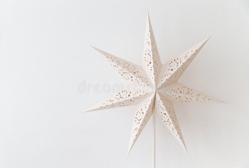 Slut upp av den vita lyktan för tappning med stjärnaform på den tomma väggen royaltyfri bild