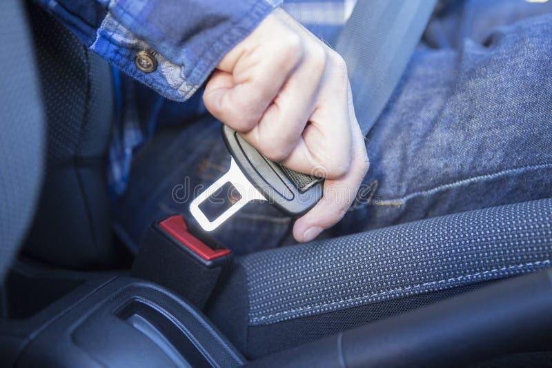 Slut upp av det Person In Car Fastening Seat bältet arkivfoton