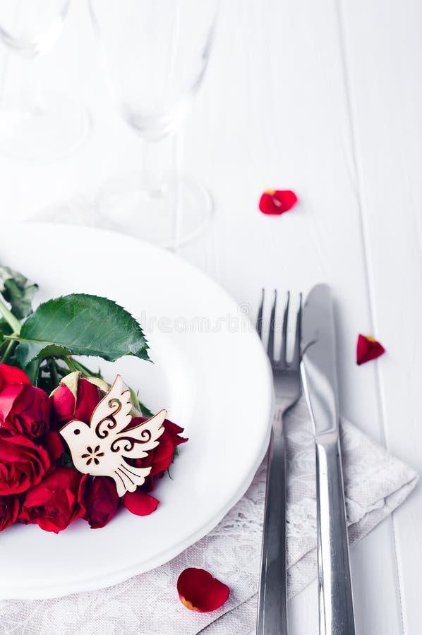 Slut upp av detaljen på bröllopslunchen som äter middag tabellinställningen med duvan fotografering för bildbyråer