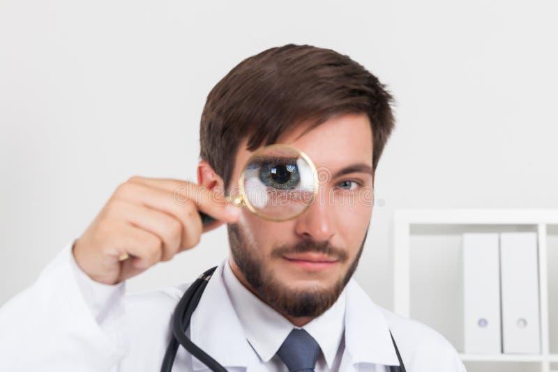 Slut upp av doktorn med förstoringsglaset royaltyfri fotografi