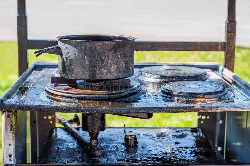 Download Slut Upp Av En Bränd Svart Gasugn Som överst Täckas Med Fett, En Bränd Kruka Fotografering för Bildbyråer - Bild av kök, smutsigt: 116192591