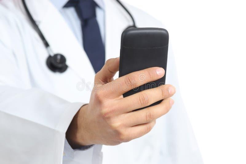 Slut upp av en doktorsmanhand som rymmer och använder en smart telefon royaltyfri foto
