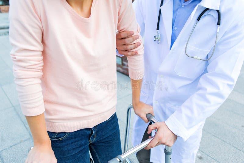 Slut upp av en doktorsportionpatient arkivfoton