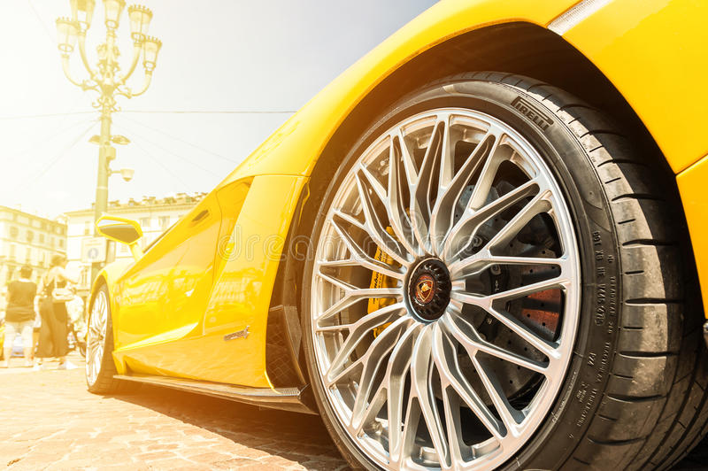 Slut upp av en gula Lamborghini Aventador royaltyfri fotografi