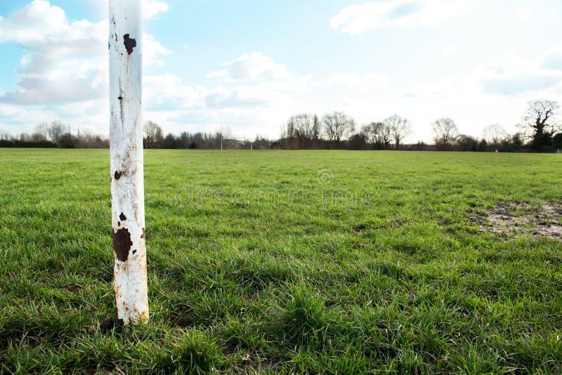 Slut upp av en målstolpe på ett fält i The Sun royaltyfri foto