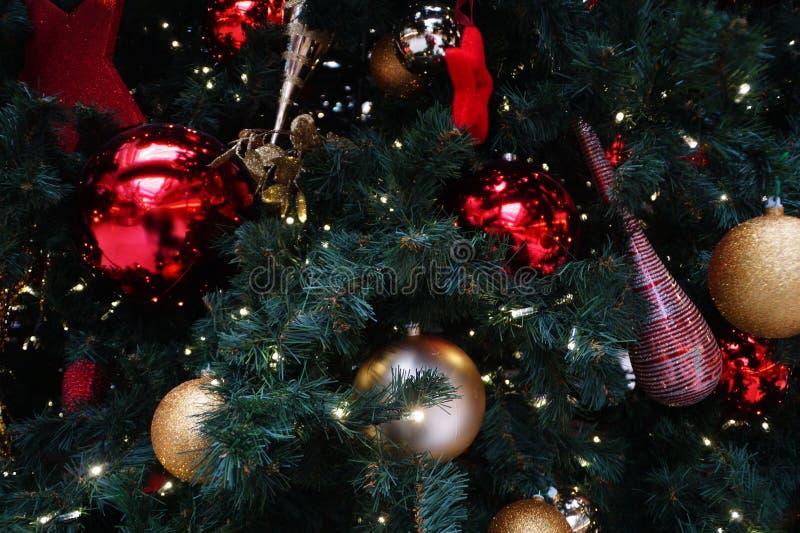 Slut upp av ett dekorerat chistmasträd royaltyfria foton