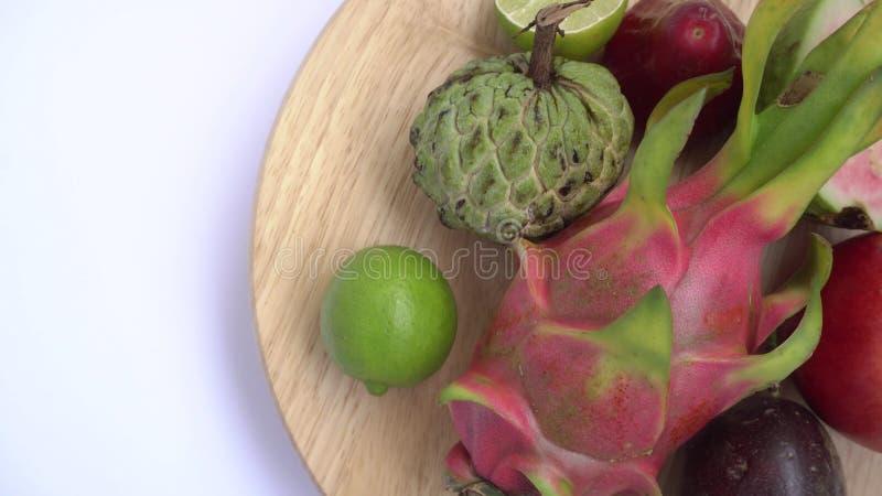 Slut upp av exotisk frukt: passion drake, annona, anona, limefrukt, rosa äpple arkivfoton