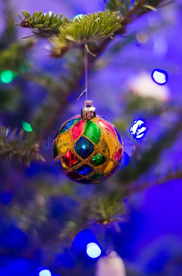 Slut upp av färgrika julgrangarneringar arkivfoton