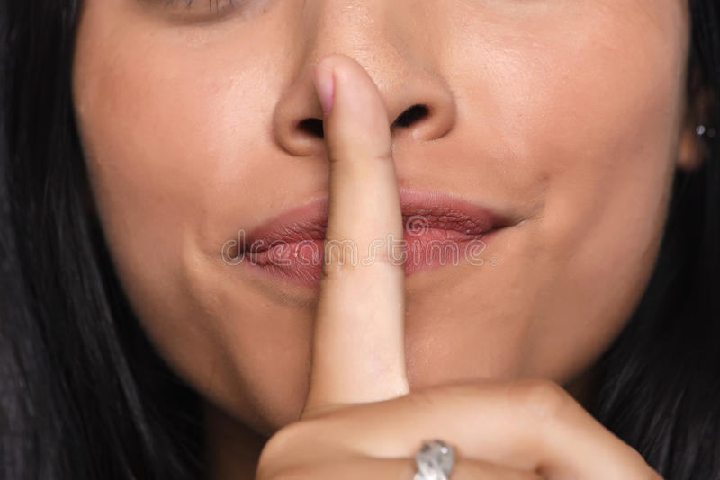 Slut upp av för danandetystnad för ung kvinna gesten royaltyfria foton